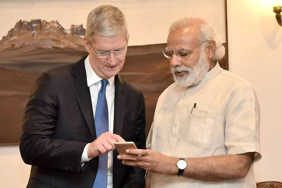 Indian Prime Minister Narendra Modi, right, spoke with with Apple CEO Tim Cook as they looked at Mr. Modi's iPhone during a meeting in New Delhi on May 21, 2016. PHOTO: AGENCE FRANCE-PRESSE/GETTY IMAGES