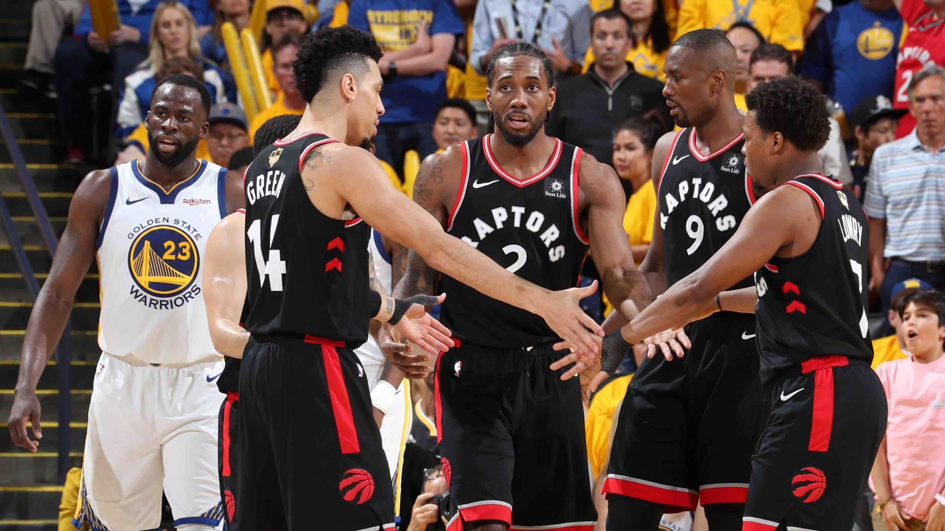 Raptors huddle after game 3 victory in Oracle Arena